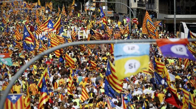 Miles de personas en las calles durante la celebración de la Diada 2017