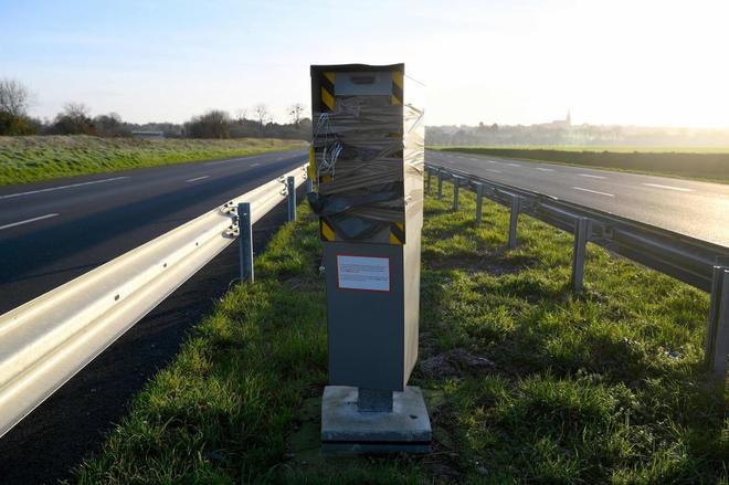 Uno de los radares destruidos por los 'chalecos amarillos', al oeste...