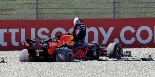 Verstappen, clavado en la grava, en la curva 2 de Mugello.