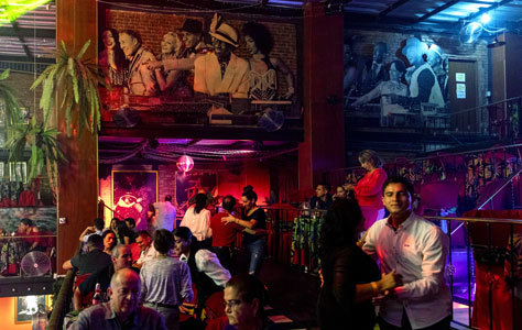 Interior de El Mulato Cabaret, en el barrio caleño de El Cedro.
