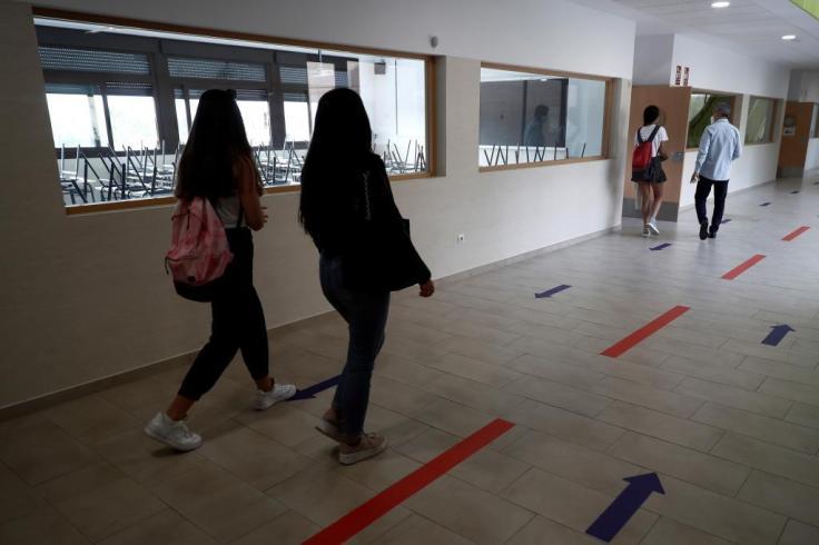 Alumnas de un instituto se preparan para hacer la EBAU.