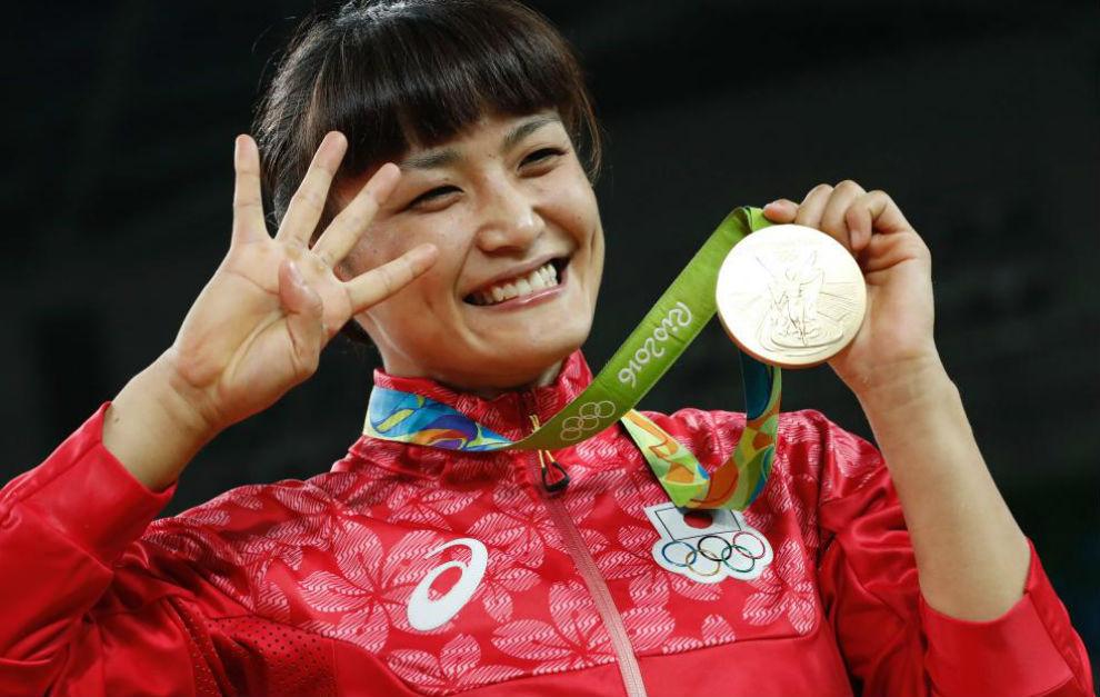 Kaori Icho muestra orgullosa su cuarta medalla de oro.