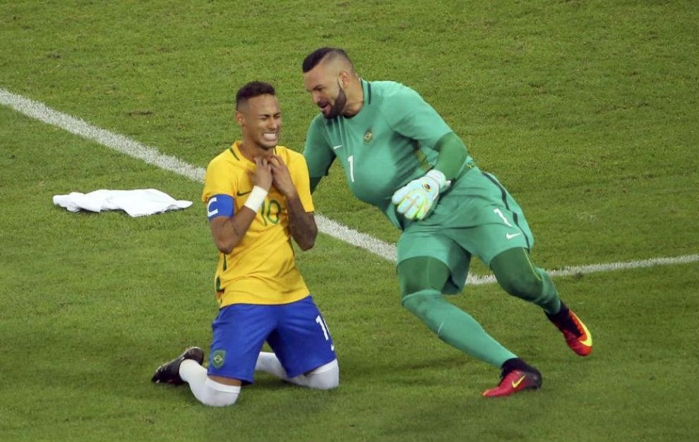Neymar y Weverton, los dos héroes de la tanda de penalti, celebran el...