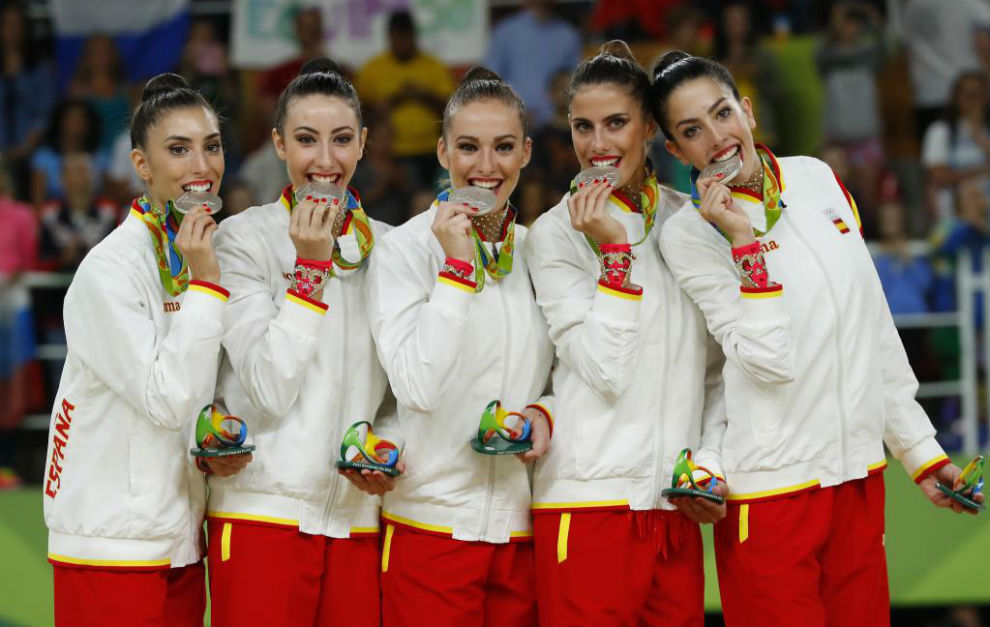 El equipo español de gimnasia rítmica posa con la plata.