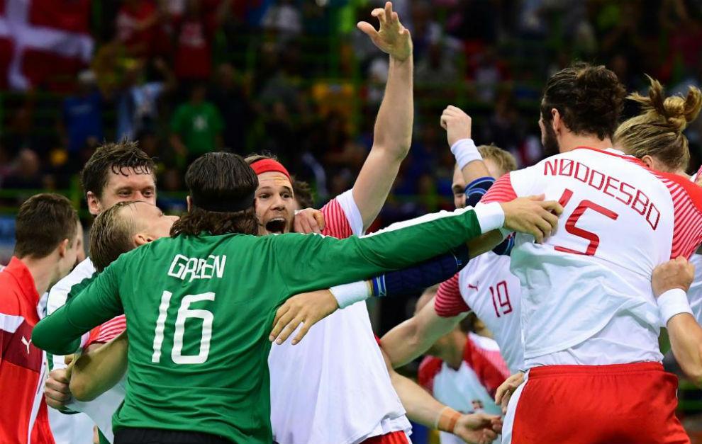Los jugadores daneses celebran su triunfo al término de la final.