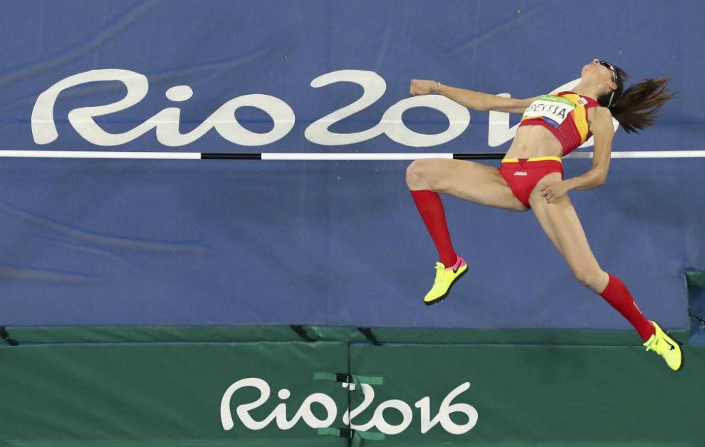Ruth Beitia salta durante la final olímpica.