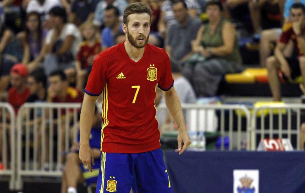 Pola disputa un partido con la selección española de fútbol sala.