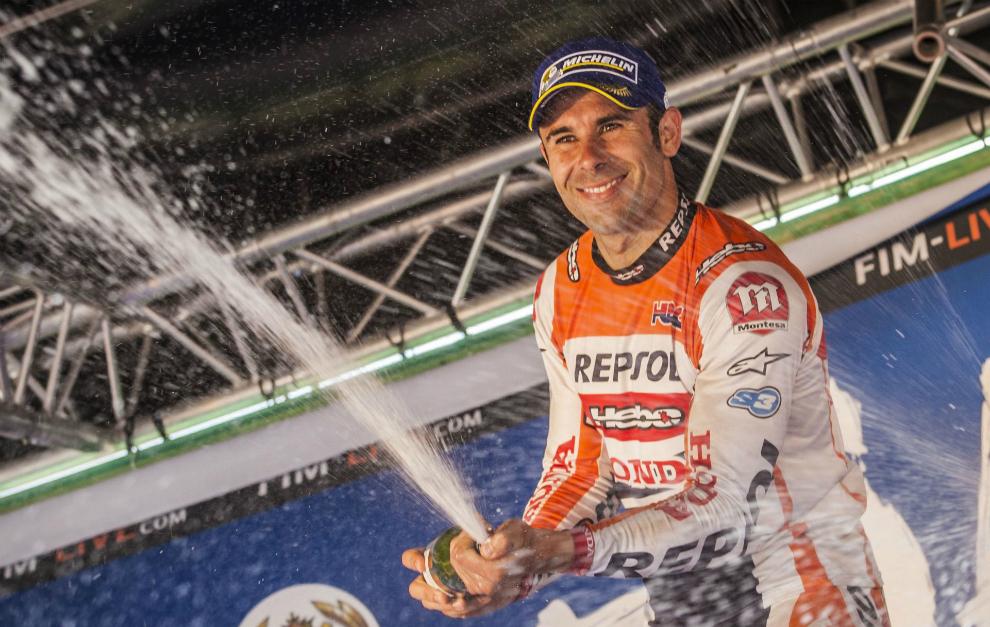 Bou celebra el triunfo en el podio