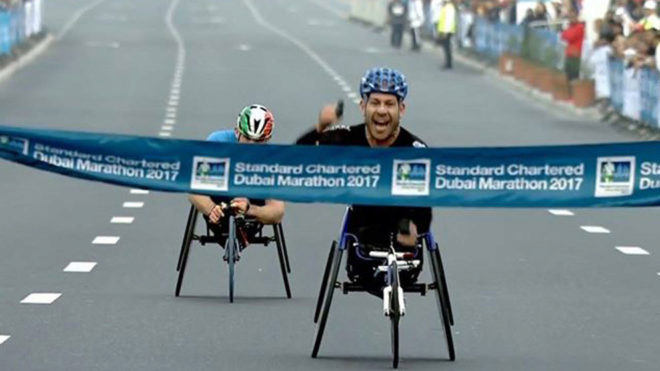 Rafa Botello cruzando el primero la línea de meta en el maratón de...