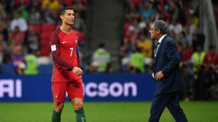 Cristiano Ronaldo pasa ante Fernando Santos tras caer en penaltis ante...
