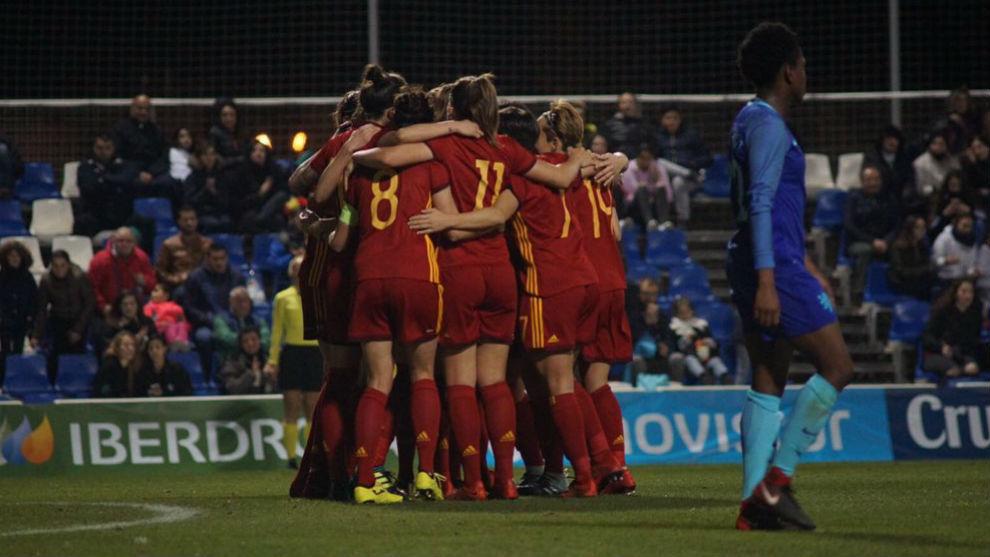 Las jugadoras de la selección española celebran el gol de Alexia...