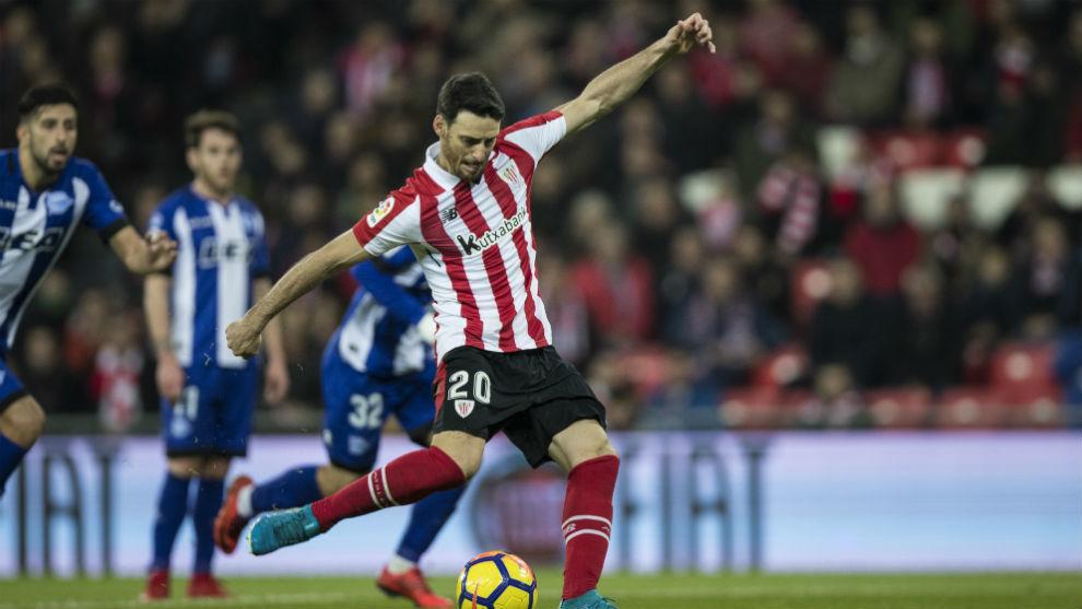 Aduriz lanzando un penalti ante el Alavés