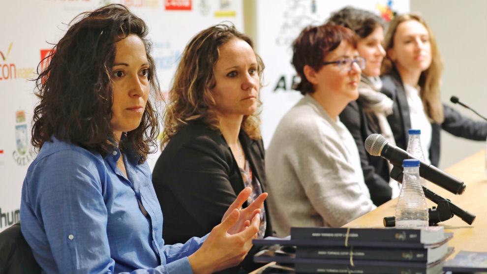 Laura del Río, en primer plano, durante la conferencia.