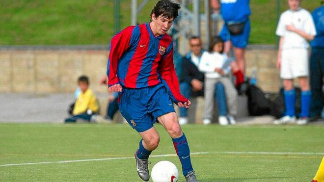 Resultado de imagen para Fotos: Lionel Messi hace su debut oficial con el club F.C. Barcelona, a los 17 años de edad.