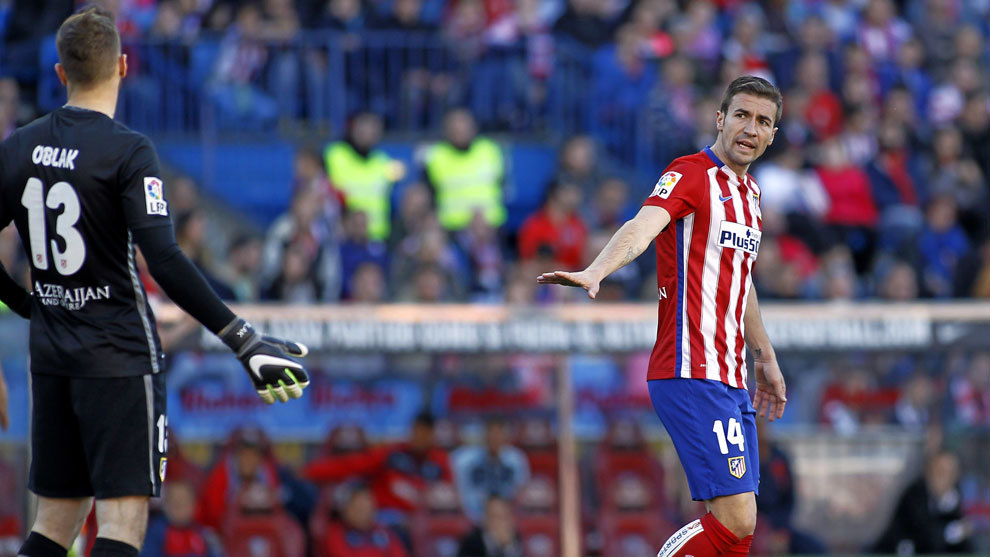 Gabi speaking to Oblak during an Atletico match.
