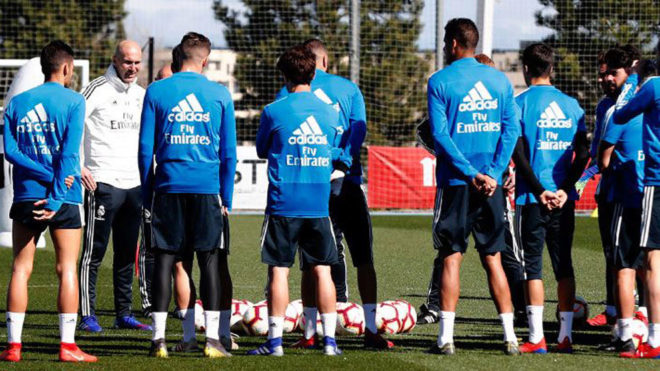 Zinedine Zidane with his players during the training session
