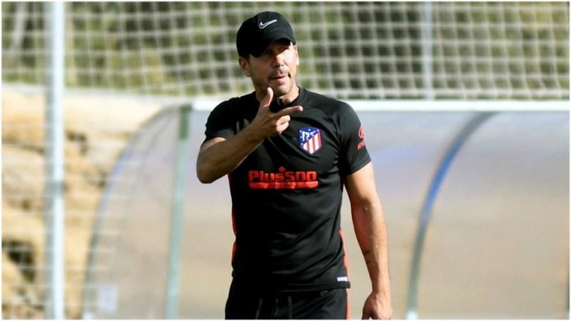 Simeone dirigiendo el entrenamiento