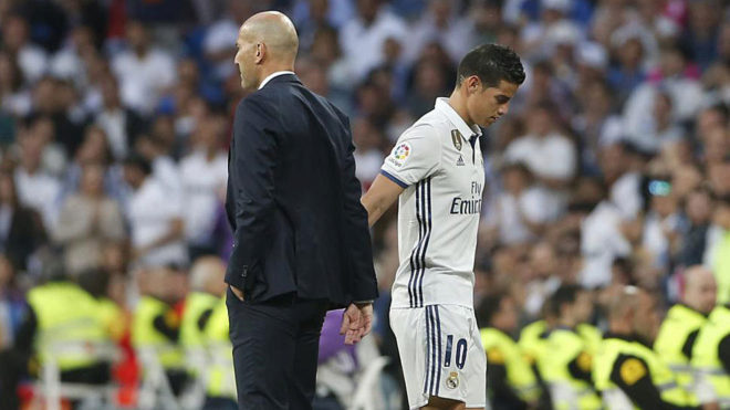 Zidane saluda a James tras un cambio.