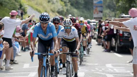 Marc Soler, Alejandro Valverde y Mikel Landa, en las primeras...