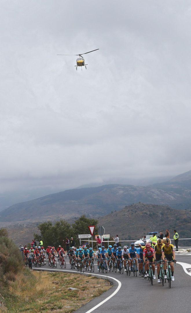 GRAF2247. ARENAS DE SAN PEDRO (ÁVILA), 14/09/2019.- El pelotón ciclista durante la vigésimo etapa de la <HIT>Vuelta</HIT> a España 2019, que ha partido de la localidad abulense de Arenas de San Pedro y finaliza en la Plataforma de Gredos, tras 190,4 kilómetros de recorrido. EFE/Javier Lizón