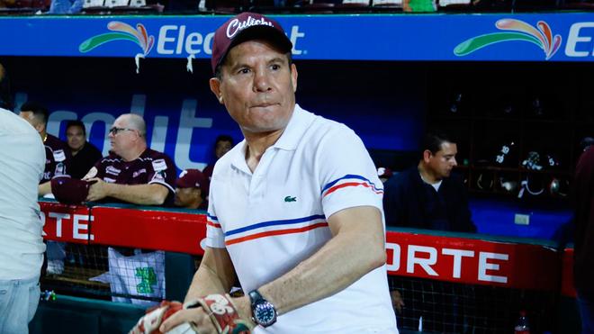 Julio César Chávez lanza la primera bola en el juego 2 entre Venados y Tomateros