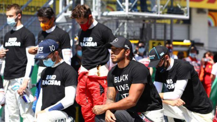 Hamilton de rodillas, junto a Gasly y Russell, mientras Leclerc, Sainz...