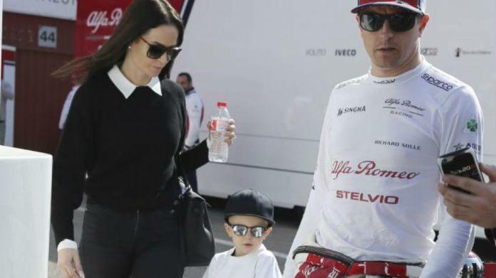 Kimi Raikkonen, con su mujer y su hijo Robin en Barcelona en 2019.