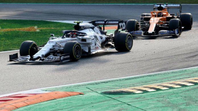 Carlos Sainz persigue a Pierre Gasly durante el GP de Italia 2020.