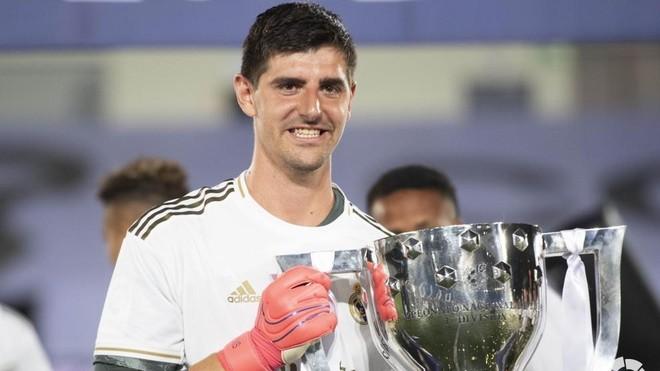 Thibaut Courtois me trofeun LaLiga Santander