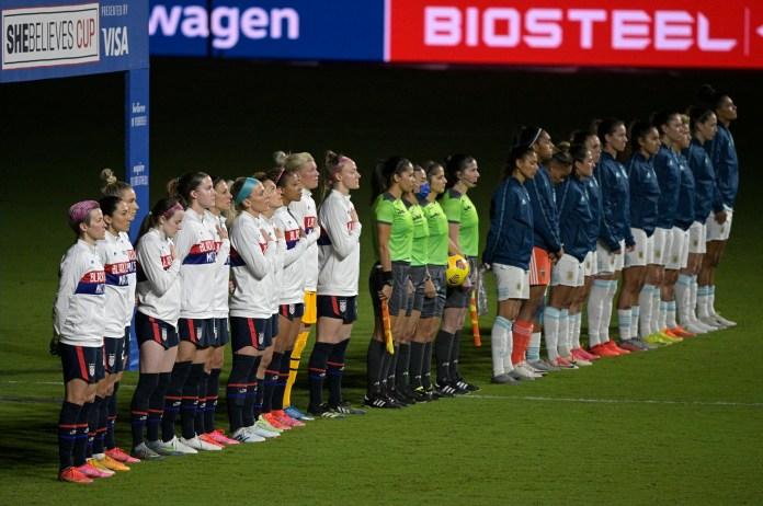 Futbollistët në Shtetet e Bashkuara nuk duhet të qëndrojnë më për himnin kombëtar
