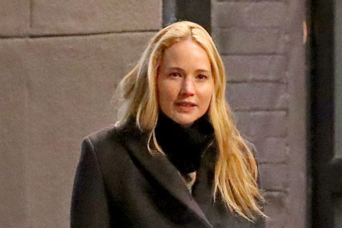 Jennifer Lawrence in New York without make-up with coat and outfit black.