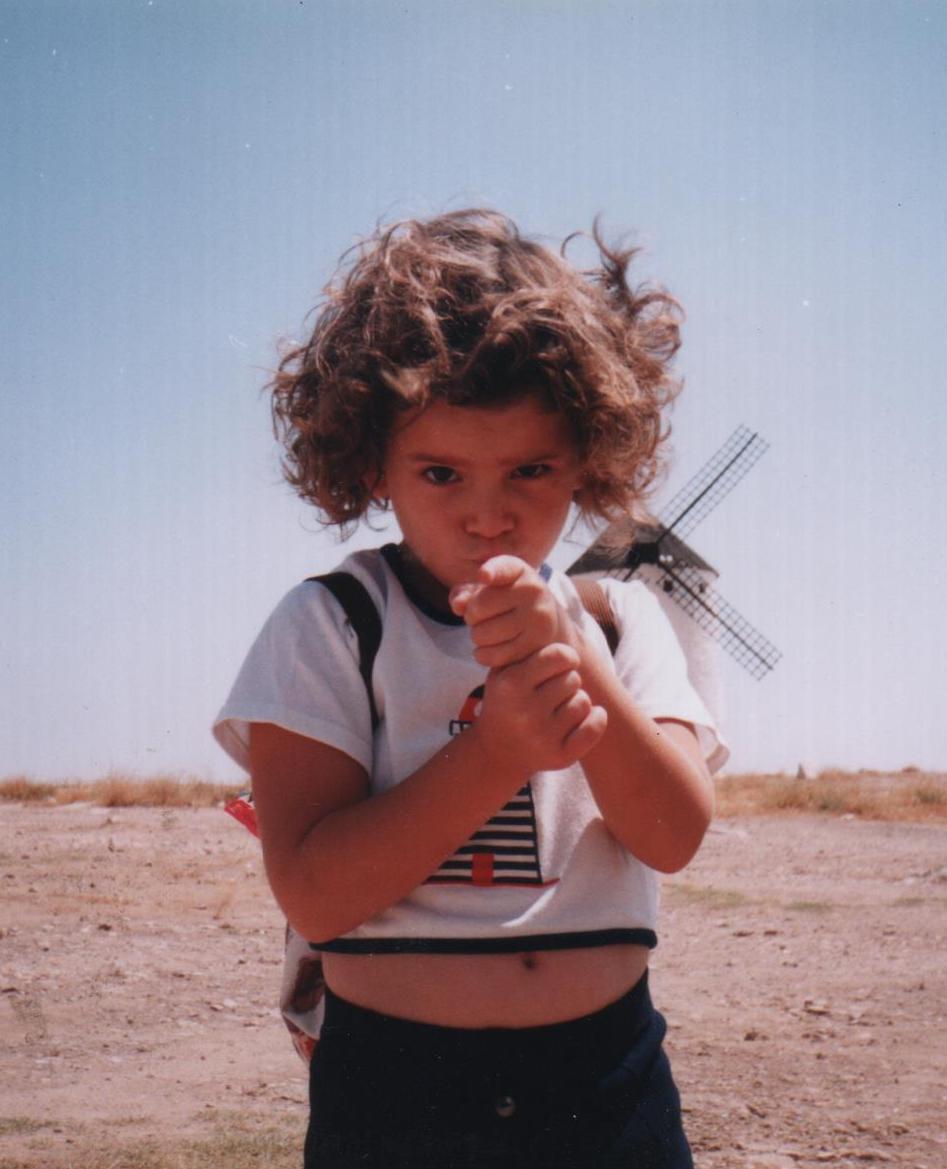 Ana Iris Simón de pequeña, en los famosos molinos de Don Quijote de la Mancha, en Campo de Criptana.