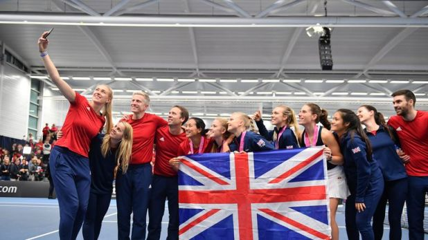 Rae (L) takes a selfie of the members of the Great Britain Fed Cup squad