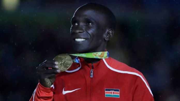 Kipchoge poses during the closing ceremony at the Maracana Stadium at the 2016 Summer Olympics