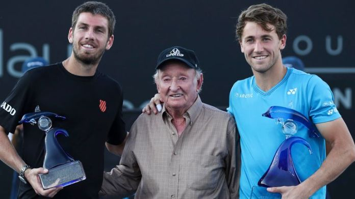 All-time great Rod Laver presented Casper Ruud with his trophy after he beat Britain's Cameron Norrie in the San Diego final