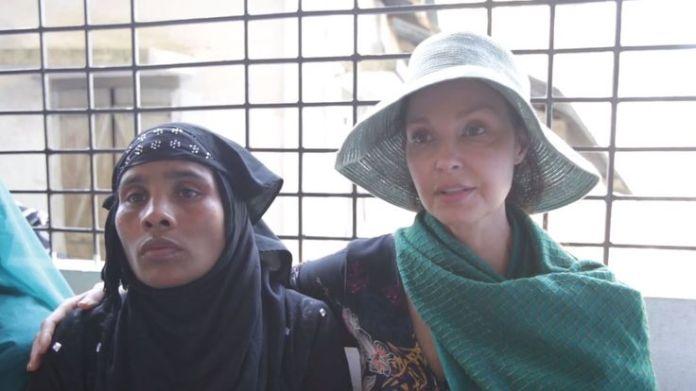 Ashley Judd waits with Rohingya refugee Ajida Ashley Judd's diary of life in a Rohingya camp Ashley Judd's diary of life in a Rohingya camp skynews rohingya ashley judd 4235148