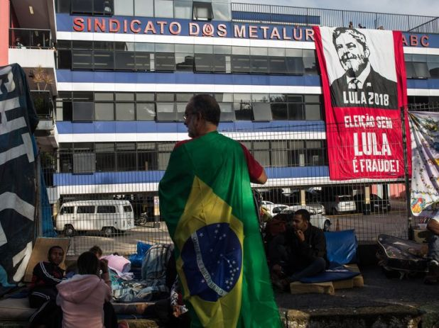 Supporters of Lula gather in front of the Metalworkers' Union HQ