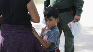 A family waits to be taken into custody Judge orders US border families must be reunited within 30 days Judge orders US border families must be reunited within 30 days skynews us immigration texas border 4339011
