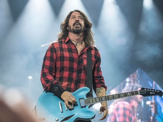 Dave Grohl broke his leg after falling off the stage in 2015 Foo Fighters frontman Dave Grohl pranks fans with stage-fall stunt in Gothenburg Foo Fighters frontman Dave Grohl pranks fans with stage-fall stunt in Gothenburg skynews dave grohl fall stunt 4329405