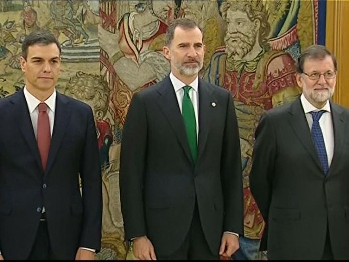 Pedro Sanchez lines up with Felipe VI and former PM Mariano Rajoy at the investiture Pedro Sanchez sworn in as Spanish PM amid corruption scandal Pedro Sanchez sworn in as Spanish PM amid corruption scandal skynews pedro sanchez filipe vi 4326291