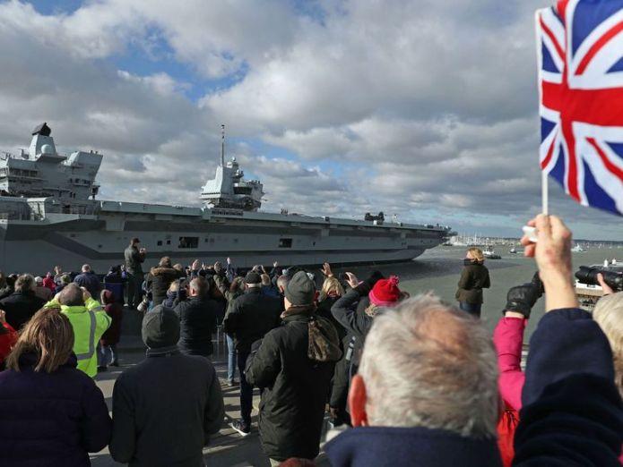 HMS Queen Elizabeth verlässt Portsmouth Harbour in Hampshire, um mit dem nächsten Abschnitt ihrer Seeversuche zu beginnen