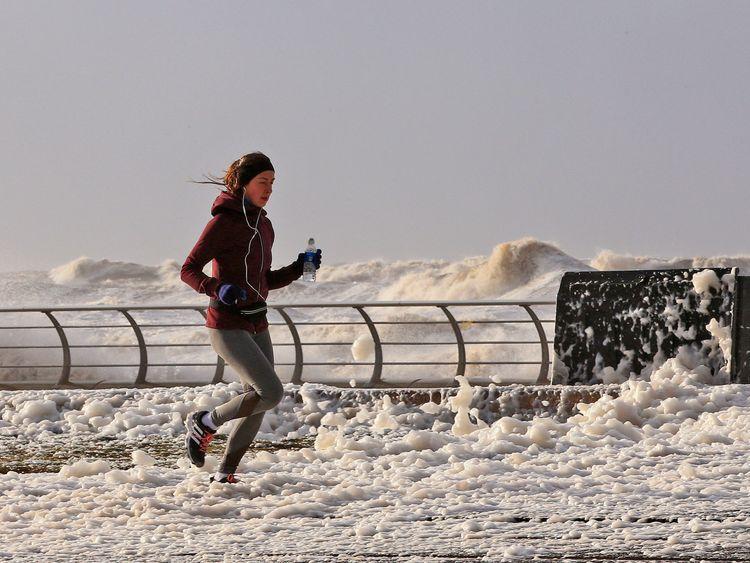 Une femme fait du jogging à Blackpool alors que la tempête Eleanor frappe le Royaume-Uni