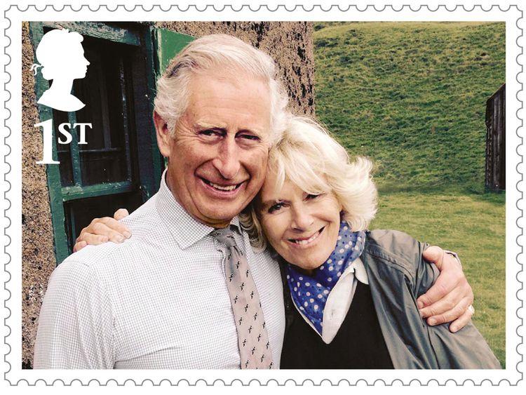Prinz Charles umarmt Frau Camilla in einem der Bilder