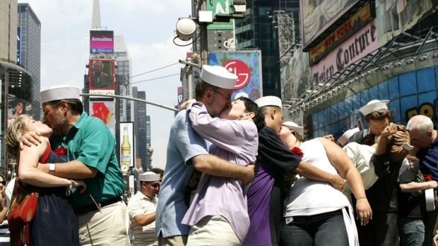 Couples recreate the famous photo to mark the 61st anniversary of V-J Day in 2006