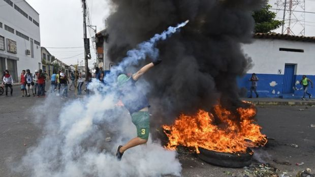 Venezuelans clash with national guards in the border town of Urena