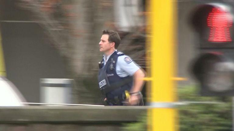 Ein Polizeibeamter besucht die Szene einer Massenerschießung in Christchurch