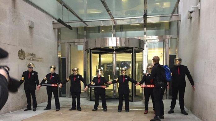 Mitglieder der Umweltgruppe Extinction Rebellion blockieren die Londoner Börse