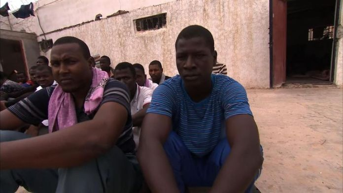 In Libyen versuchen 800.000 Migranten, nach Europa zu gelangen