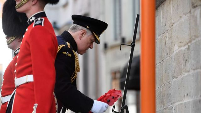 the duke appeared to fumble as he laid a wreath during the ceremony
