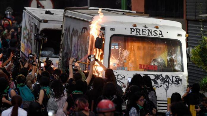 Ein Pressefahrzeug wird in Brand gesetzt, als Frauen am 14. Februar 2020 in Mexiko-Stadt marschieren, um gegen geschlechtsspezifische Gewalt zu protestieren. - Mehrere Proteste fanden am Freitag in der mexikanischen Hauptstadt und anderen Städten des Landes statt, nachdem die 25-jährige Ingrid Escamilla erstochen und am 9. Februar von ihrem Partner im Norden von Mexiko-Stadt gehäutet worden war